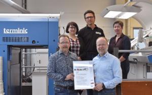 Das PSO-Team des Kalenderherstellers terminic mit Udo Eickelpasch, Prüfer des vdmno e.V. (vorne rechts) halten gemeinsam die Urkunde in der Hand